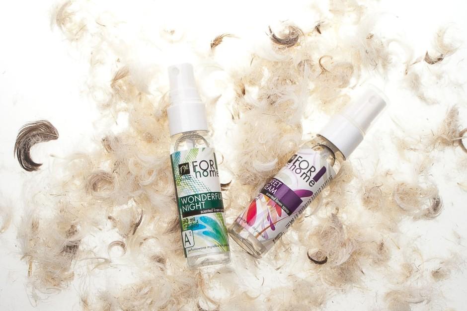 Perfumowane mgiełki do pościeli FM GROUP FOR HOME. Dwa zachwycające zapachy unisex do wyboru w buteleczkach z wygodnym rozpylaczem. Odświeżają pościel, nadając jej przyjemny aromat. Pomagają wprowadzić do sypialni miły, relaksujący nastrój. Bez alergenów. Można ich używać także do zasłon i ręczników. Mgiełkami nie należy spryskiwać bardzo delikatnych tkanin (np. koronek).