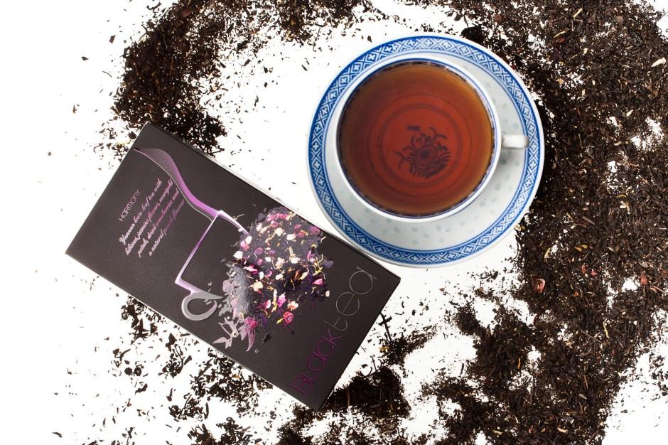Aurile HARMONY BLACK TEA Herbata czarna Yunnan z dodatkiem kwiatów hibiskusa, kwiatów jaśminu, płatków nagietka oraz suszoną żurawiną i naturalnym aromatem brzoskwiniowym