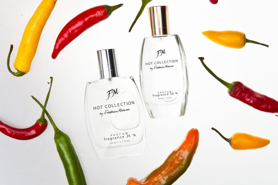 Kolekcja Hot Federico Mahora obejmuje najpopularniejsze zapachy z Kolekcji Klasycznej w wersji o wyższym zaperfumowaniu (30% dla kobiet i 24% dla mężczyzn). Dzięki temu są bardziej intensywne i trwalsze. Dostępne są w ustandaryzowanych flakonach i kartonikach.