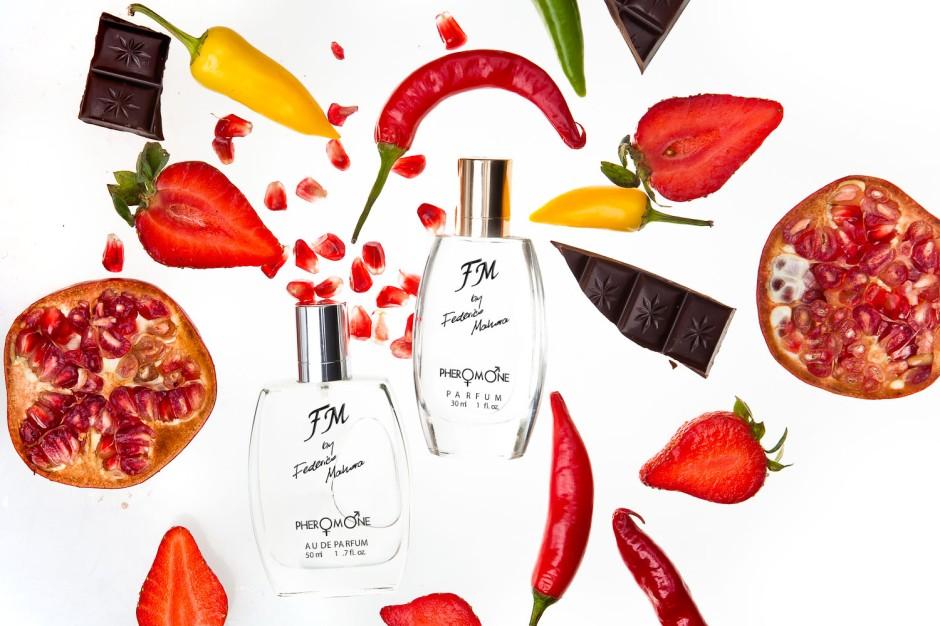 Kolekcja Feromony  Federico Mahora to najpiękniejsze zapachy z Kolekcji Klasycznej wzbogacone o bezwonne i w 100% bezpieczne feromony. Dodatek feromonów nie zmienia zapachu kompozycji perfumeryjnej, ale sprawia, że zapachy działają jak afrodyzjak. Dostępne są w ustandaryzowanych flakonach i kartonikach.