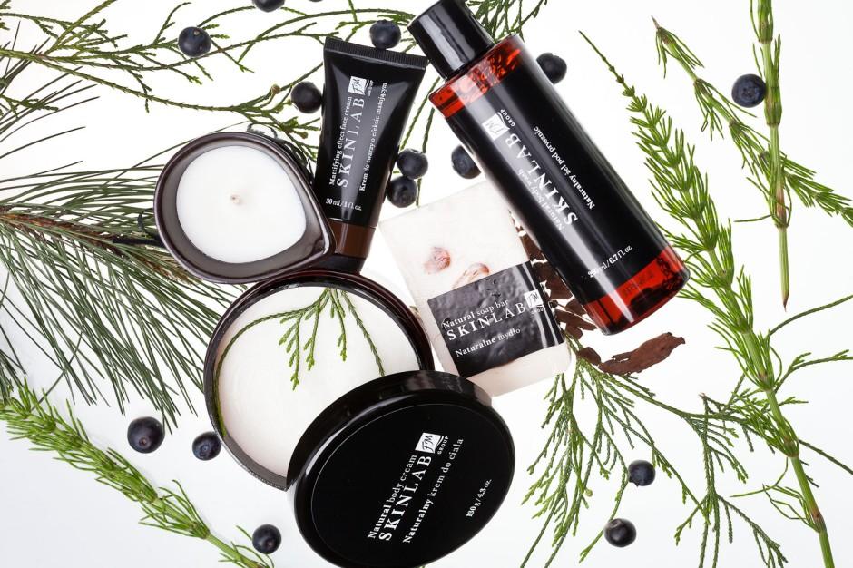 Seria Skin Lab Federico Mahora odpowiada na potrzeby męskiej skóry, choć mogą jej używać także panie. Kosmetyki naturalne łączy bardzo męski, drzewno-owocowy zapach. Kosmetyki Skin Lab, ze względu na wysoką zawartość naturalnych składników, powinny być przechowywane w chłodnym miejscu, w temperaturze 4-25°C.