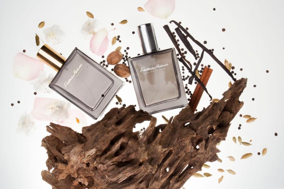 Tajemniczy i niezapomniany oud Jest jednym z najdroższych i najrzadszych surowców używanych w perfumiarstwie. Jego intensywny, ciepły zapach otula całe ciało balsamicznym, bardzo orientalnym zapachem.  Nuta oudu pochodzi z wiecznie zielonego drzewa aloesowego. Historia jej powstawania jest niezwykle ciekawa. Tylko zakażone pasożytniczą pleśnią drzewo wydziela w zranionych obszarach pachnącą, ochronną żywicę. Żywica twardnieje, zabarwiając drewno na ciemnobrązowy kolor. W ten sposób powstaje drewno agarowe, które od wieków znajduje zastosowanie w wysokiej jakości kadzidłach.W krajach arabskich olejek oudowy był męskim pachnidłem, używanym jeszcze przed epoką perfum i wód kolońskich. Obecnie wykorzystywany jest przez przemysł perfumeryjny na całym świecie. Oud pachnie upajająco, drzewnie i balsamicznie, otaczając ciepłą aurą o słodko-gorzkich niuansach. Jego zapach rozciąga się od nut zwierzęcych, poprzez ziemiste, po wyraźnie kwiatowe czy delikatnie owocowe akordy. Jednak aromat oudu w dużej mierze zależy od rejonu, w którym rosną drzewa aloesowe. Głównymi importerami są kraje Bliskiego i Dalekiego Wschodu – w szczególności Zjednoczone Emiraty Arabskie i Arabia Saudyjska, jak również Hong Kong, Tajwan i Japonia. Najbardziej znany i ceniony jest oud z Laos – posiada on niezwykle szeroki wachlarz akordów. Zapach drzewa aloesowego znajdziesz w wodach perfumowanych damskich FM 363 i 364 oraz męskiej FM 335. Zapachy te określane są jako zmysłowe, otulające, uwodzicielskie. Dominuje w nich akord korzenny, ciepły i bardzo trwały, a dzięki umieszczeniu oudu w nucie serca, możemy sklasyfikować je w orientalnej rodzinie zapachów.