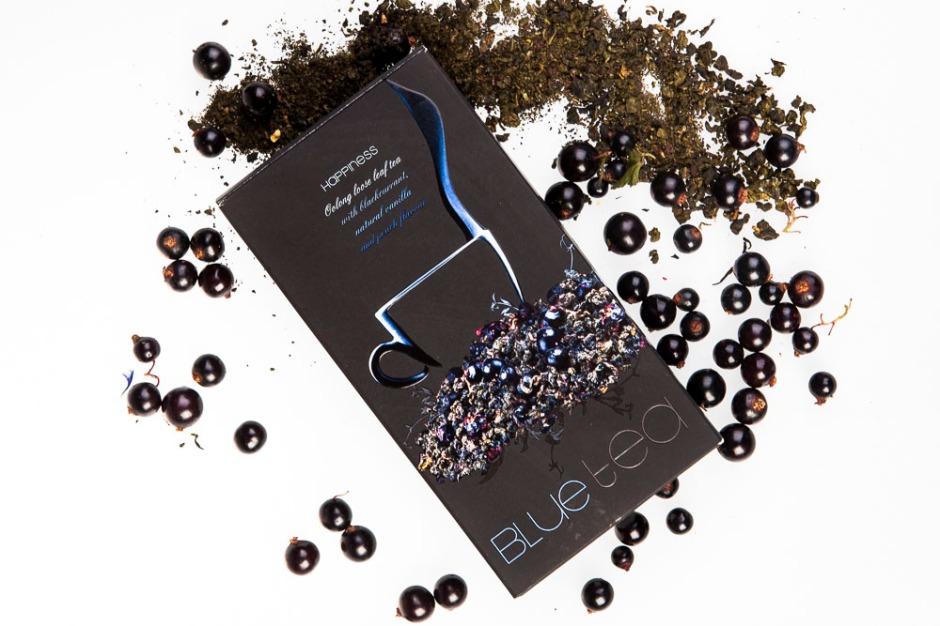 AURILE HAPPINESS BLUE TEA Herbarta liściasta z dodatkiem czarnej porzeczki, oraz naturalnymi aromatami waniliowym i brzoskwiniowym.