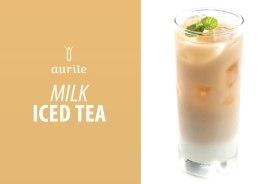 Składniki: • ok. 7 łyżeczek herbaty białej Aurile Serenity • 3 łyżeczki cukru • 1/3 szklanki mleka zagęszczonego niesłodzonego • kostki lodu Przygotowanie: Herbatę zaparzać przez 9 minut w 1 litrze wody o temperaturze 80°C, a następnie oddzielić napar od fusów i odstawić do ostygnięcia. W tym czasie pokruszyć kostki lodu i dokładnie wymieszać mleko z cukrem. Szklanki wypełnić lodem, do połowy wysokości wlać mleko i ostrożnie dopełnić schłodzonym naparem z herbaty.
