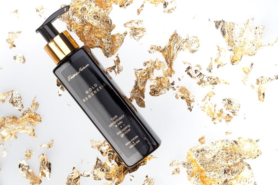 Tonik Gold Regenesis posiada innowacyjną żelową formułę, przez co przyjemnie się rozsmarowuje, tworząc delikatną powłokę, która łatwo i szybko wchłania się w skórę.