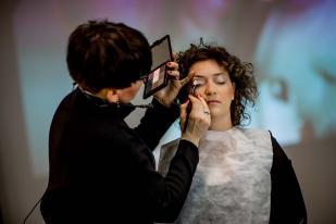 Paleta cieni FM GROUP MAKE UP podczas pokazowego makijażu